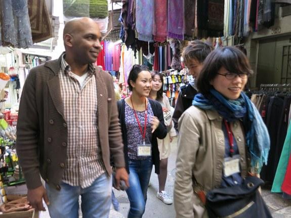 スークを散策するスタディツアー日本人参加者と現地参加者